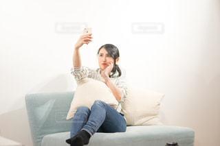 部屋で自撮りする女性の写真・画像素材[1846806]