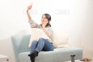 部屋で自撮りする女性の写真・画像素材[1846807]