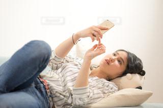 ベッドの上で横になっている女性の写真・画像素材[1846818]