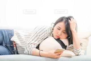 ベッドの上で横になっている人の写真・画像素材[1846822]