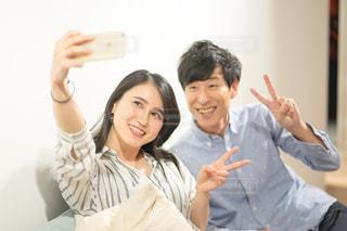 部屋で自撮りするカップルの写真・画像素材[1846823]