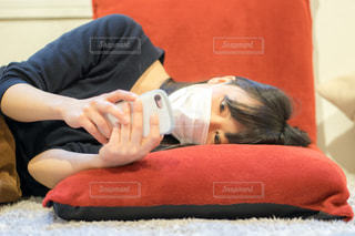 風邪で寝込む女性の写真・画像素材[1846829]
