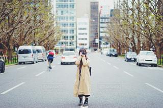 外苑前でカメラを構える女性の写真・画像素材[2048855]
