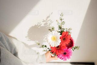 花束を待つ女性の写真・画像素材[2097781]