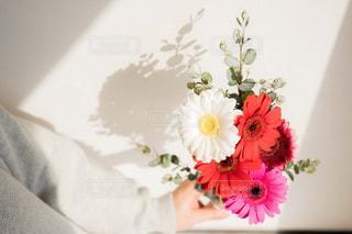 花束を待つ女性の写真・画像素材[2097782]