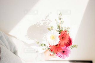 花束を待つ女性の写真・画像素材[2097784]