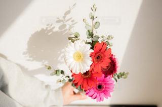 花束を待つ女性の写真・画像素材[2097785]