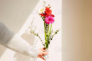 ピンクと白の花でいっぱいの花束の写真・画像素材[2097787]