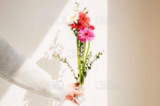 ピンクと白の花でいっぱいの花束の写真・画像素材[2097788]