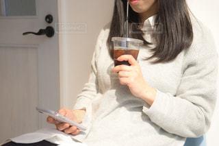 カフェでくつろぐ女性の写真・画像素材[2097797]