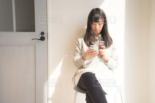 スマートフォンを持って休憩している人の写真・画像素材[2097799]