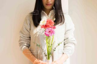花束を待つ女性の写真・画像素材[2097801]