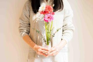 ブーケを持つ女性の写真・画像素材[2097802]
