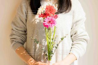 花を抱えている女性の写真・画像素材[2097803]
