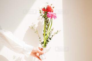 花束を持つ女性の写真・画像素材[2097804]