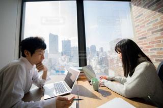 ラップトップを見ている男性と女性の写真・画像素材[2097814]