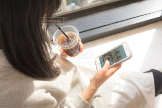 携帯電話を持っている人の写真・画像素材[2097817]