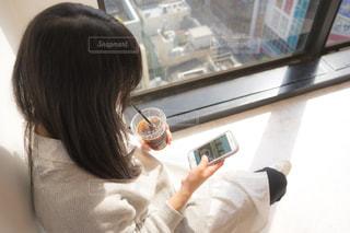 携帯電話を見ている人の写真・画像素材[2097818]