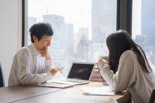 オフィスで話している男女 相談の写真・画像素材[2098191]