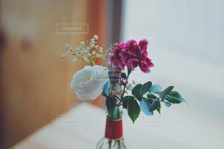 テーブルの上の花瓶に花束の写真・画像素材[2210303]