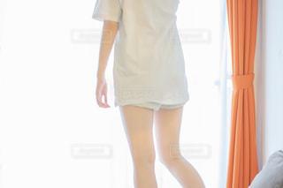 彼氏のゆるいTシャツを着ている女性の写真・画像素材[2235265]