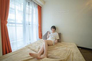 ベットの上でくつろぐ女性の写真・画像素材[2235316]