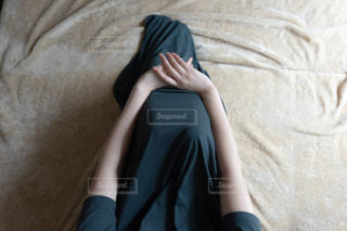 ベットの上で座る女性の写真・画像素材[2235389]