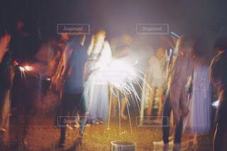 花火の周りに立っている人々のグループの写真・画像素材[2267592]