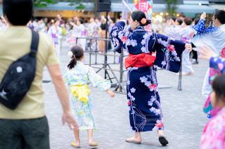 盆踊りをする親娘の写真・画像素材[2312503]