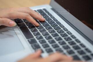 ノートパソコンのキーボード タイピングの写真・画像素材[2397270]