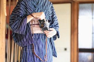 浴衣を着てカメラを持つ女性の写真・画像素材[2413898]