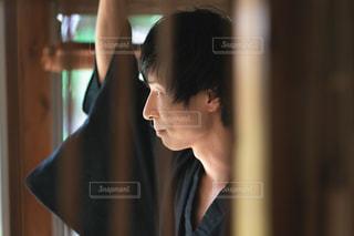 浴衣を着て立つ男性の写真・画像素材[2413923]