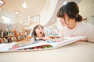 子供に本の読み聞かせをする人の写真・画像素材[2492163]