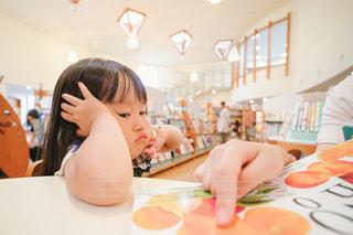 嫌がる子供の写真・画像素材[2492167]