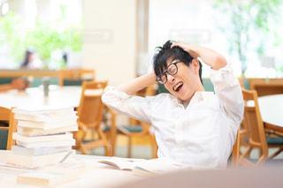 勉強で頭を抱える人の写真・画像素材[2498631]