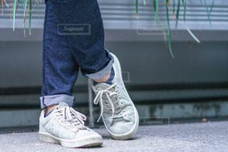 男性の足元の写真・画像素材[2498642]
