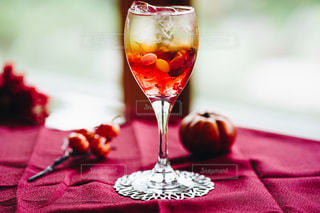 グラスに入っているドリンクの写真・画像素材[2498646]