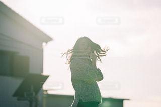 振り向く女性の写真・画像素材[2751833]