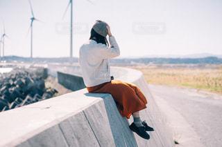帽子を押さえる女性の写真・画像素材[2751846]