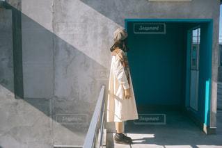 建物の前に立つ女性の写真・画像素材[2751849]