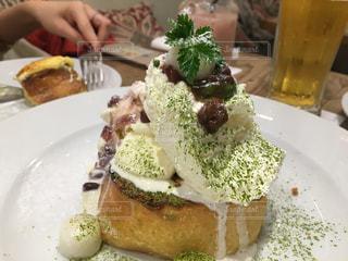 テーブルの上にパンケーキを一切れ置いた食べ物の皿の写真・画像素材[2869543]