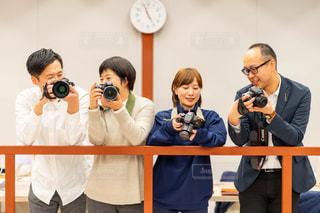 カメラで撮影する人達の写真・画像素材[2893836]