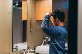 鏡の前に立つ男の写真・画像素材[2893832]