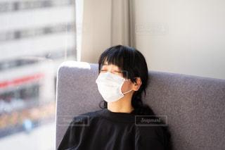 黒いシャツを着ている女性の写真・画像素材[2972384]
