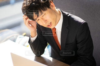 スーツとネクタイを着た男の写真・画像素材[2972387]