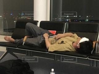 ソファに横たわっている人の写真・画像素材[3512827]