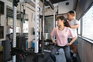 パーソナルトレーニングを受ける女性の写真・画像素材[3709924]
