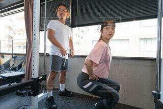 パーソナルトレーニングを受ける女性の写真・画像素材[3709936]