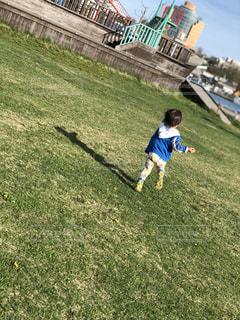 野原で走回る子供の写真・画像素材[2176271]