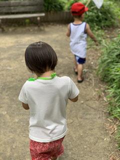 土の中に立っている小さな男の子の写真・画像素材[2266314]